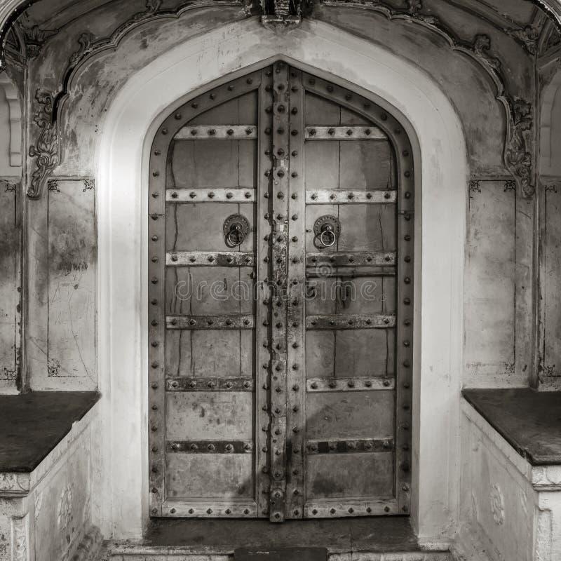 Czarny i biały strzał antyczni drzwi fotografia royalty free