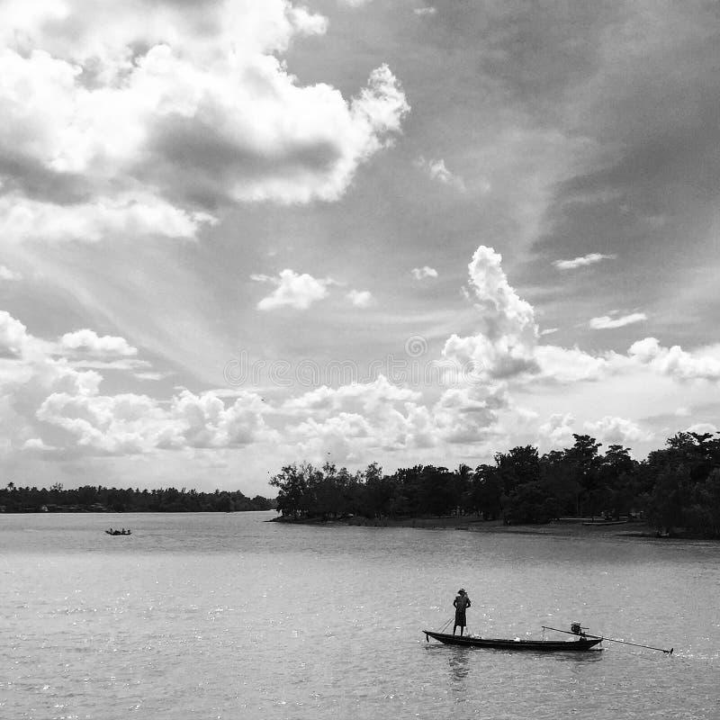 Czarny i biały strzał: rybak na łodzi zdjęcia stock