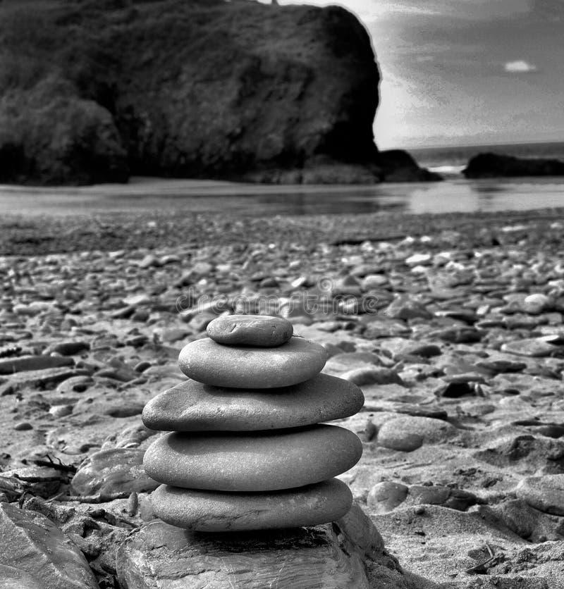 Czarny i biały sztaplowanie kamienie na plaży zdjęcia stock