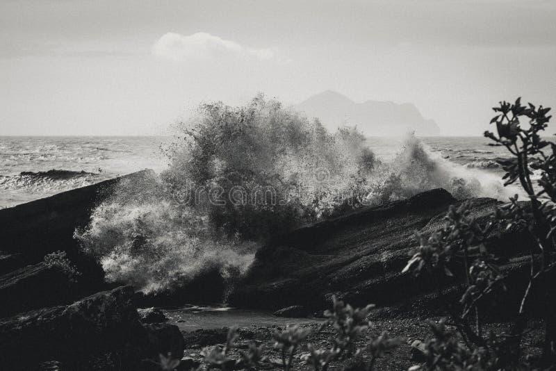 Czarny I Biały tajfun bryzga nad skałą na wybrzeżu Yilan, Tajwan zdjęcie stock
