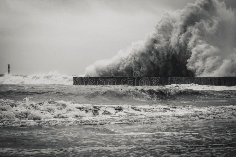 Czarny I Biały tajfun uderza wybrzeże Yilan, Tajwan zdjęcia stock