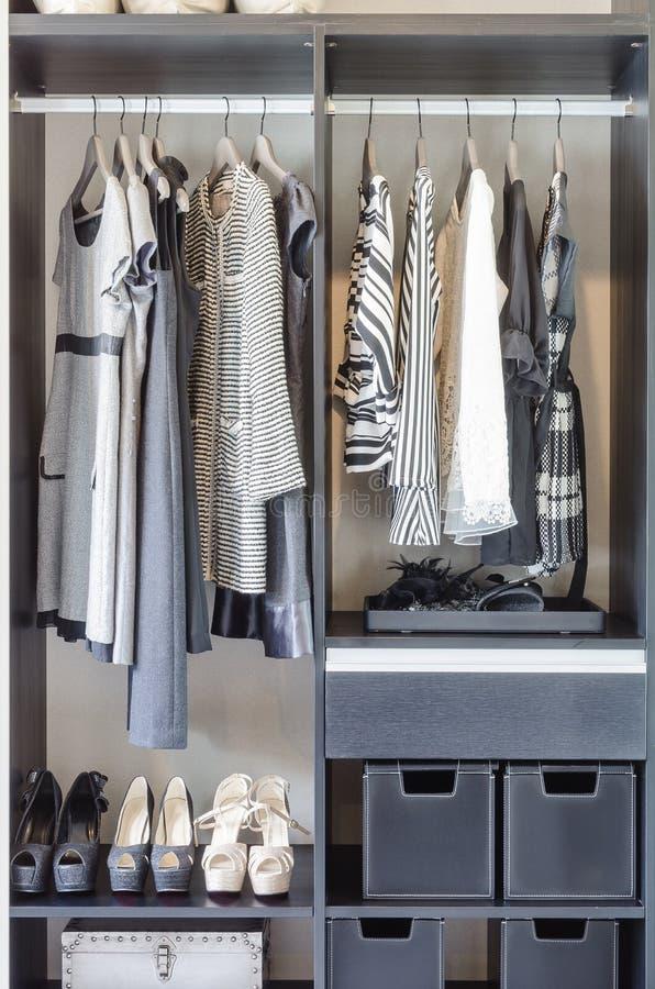 Czarny i biały ubrania w czarnej szafie obrazy royalty free