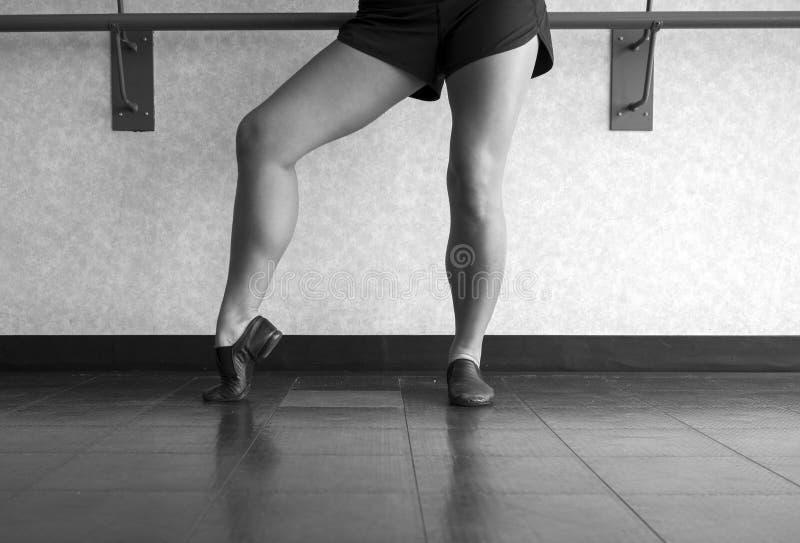 Czarny i biały wersja Jazzowa tancerz poza z stopą w wykopaliska fotografia royalty free