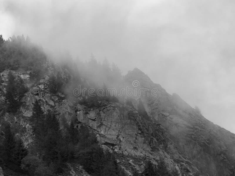 Czarny i biały widok górski obrazy royalty free