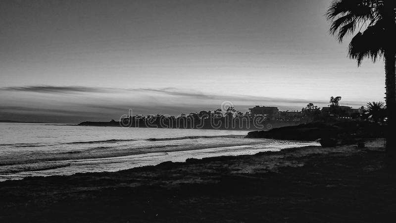 Czarny I Biały widok Santa Barbara plaża Przy zmierzchem zdjęcia royalty free