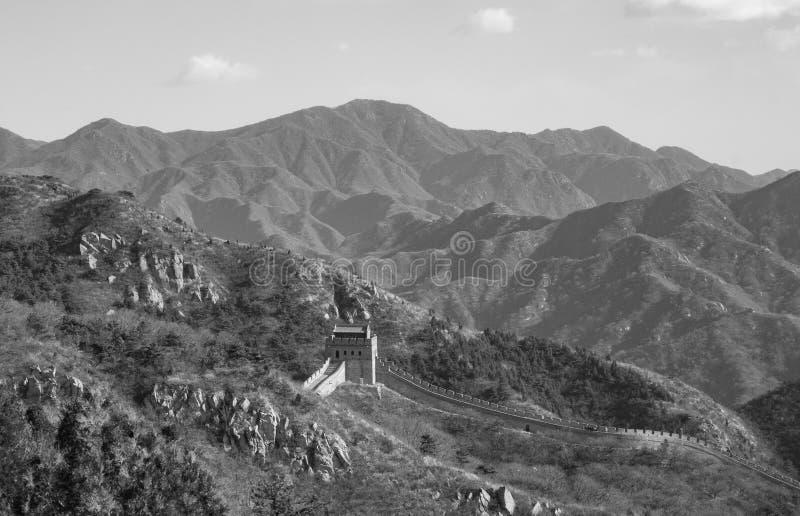 Czarny i biały widok wielki mur Chiny i otaczające góry obraz stock