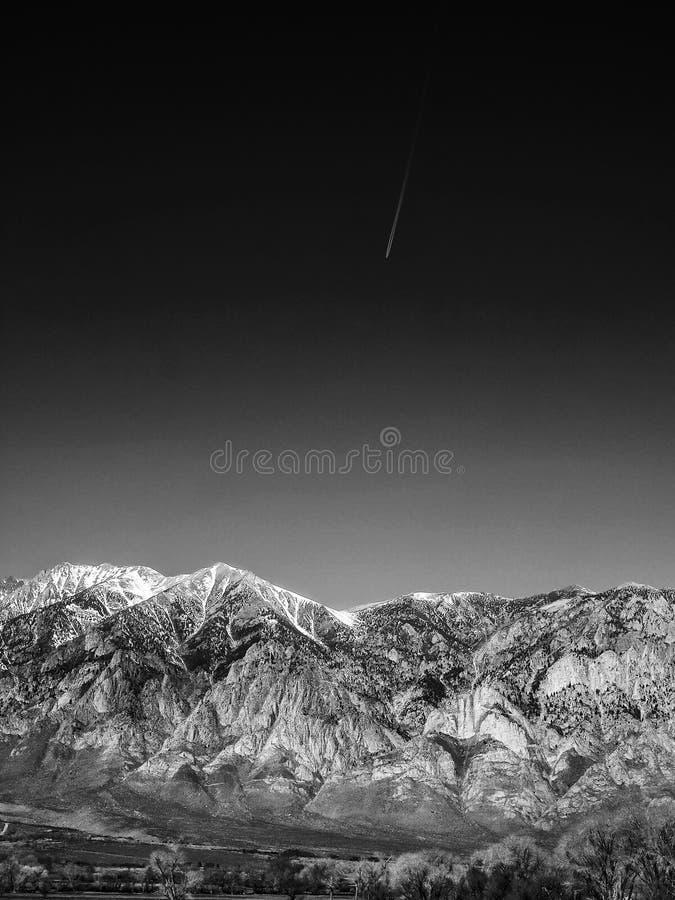 Czarny i biały wizerunek śnieg nakrywać góry, niebieskie niebo, pustynia obraz stock