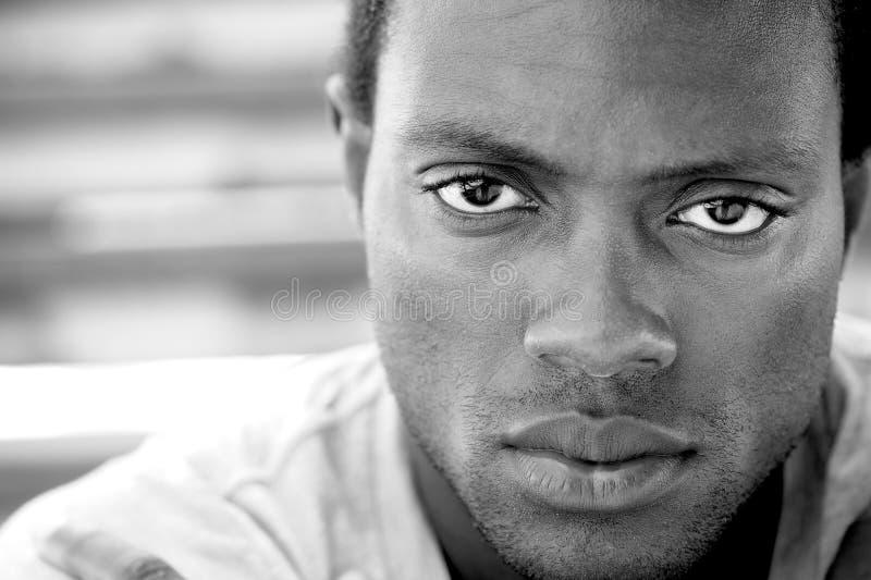 Czarny i biały wizerunek amerykanina afrykańskiego pochodzenia mężczyzna obrazy stock