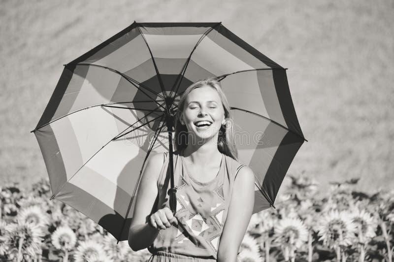 Czarny i biały wizerunek kobieta z parasolem zdjęcia royalty free