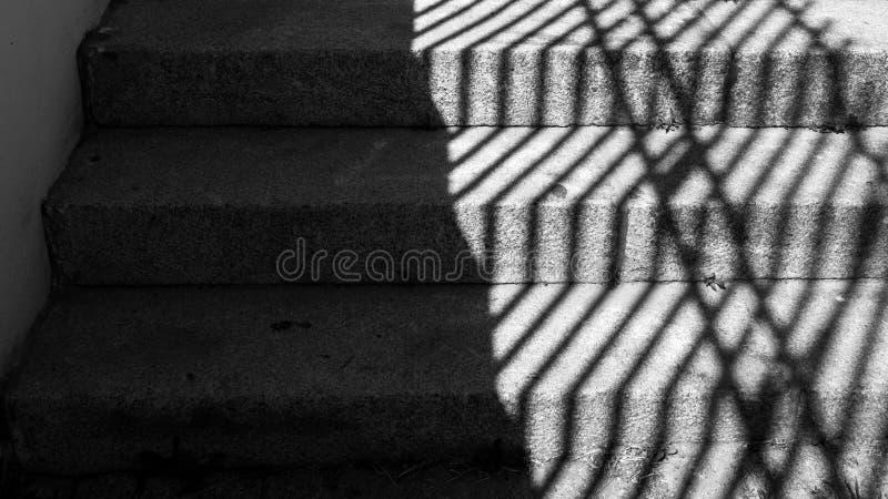Czarny i biały wizerunek starzy kamieni kroki z srogimi cieniami obraz stock