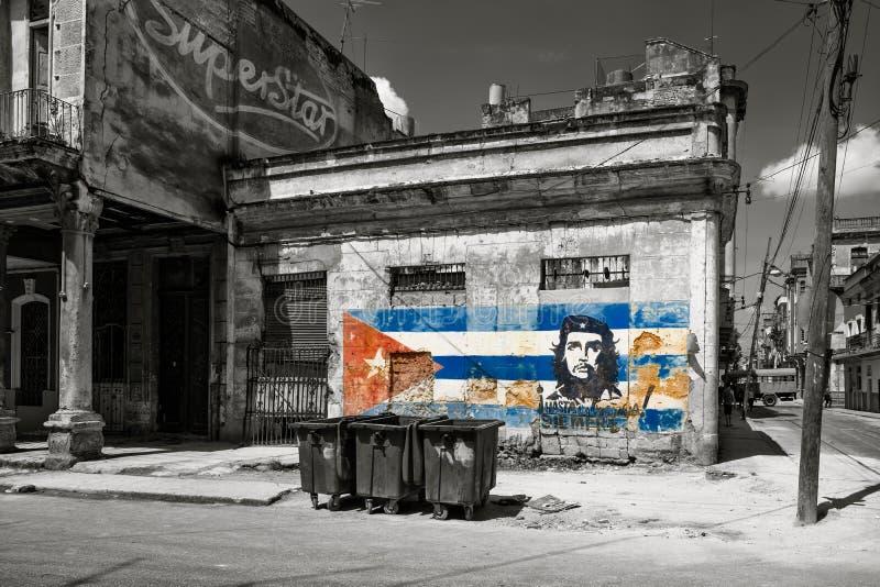 Czarny i biały wizerunek starzy podławi budynki w Hawańskim z obrazem Che Guevara i kubańska flaga obraz stock
