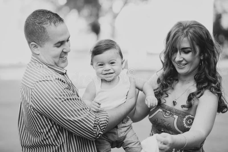 Czarny i biały wizerunek szczęśliwa rodzina trzy fotografia royalty free