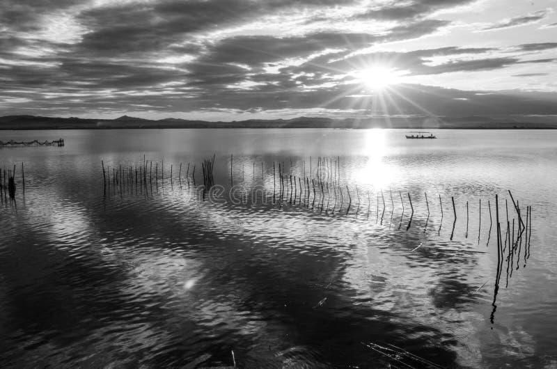 Czarny i biały zmierzch na jeden dniu chmurnym w sławnym jeziorze albufera Walencja, Hiszpania zdjęcie royalty free