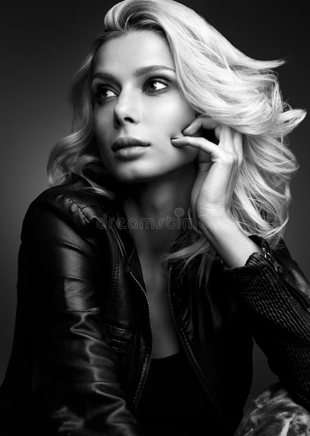 Czarny i biały zmysłowy portret piękna młoda kobieta Blondynka w skórzanej kurtce zdjęcie stock