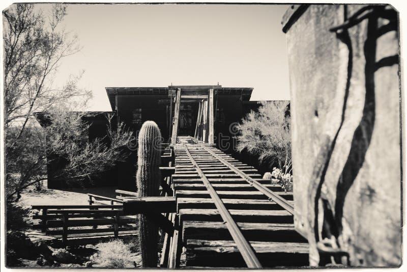 Czarny I Bia?y Sepiowa rocznik fotografia Goldfield kopalni z?otej stary niebezpieczny wej?cie kopalnia z?ota obraz stock