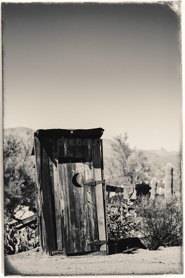 Czarny I Bia?y Sepiowa rocznik fotografia Stary western Suchy Toilette w Goldfield kopalni z?otej miasto widmo w Youngsberg obrazy stock