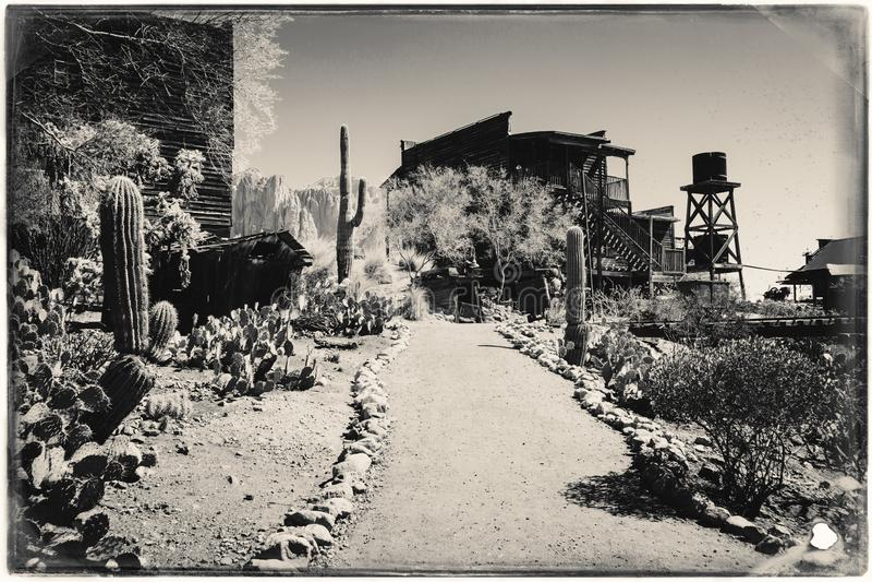 Czarny I Bia?y Sepiowa rocznik fotografia Stary Zachodni Drewniany Bulding w Goldfield kopalni z?otej miasto widmo w Youngsberg obrazy stock