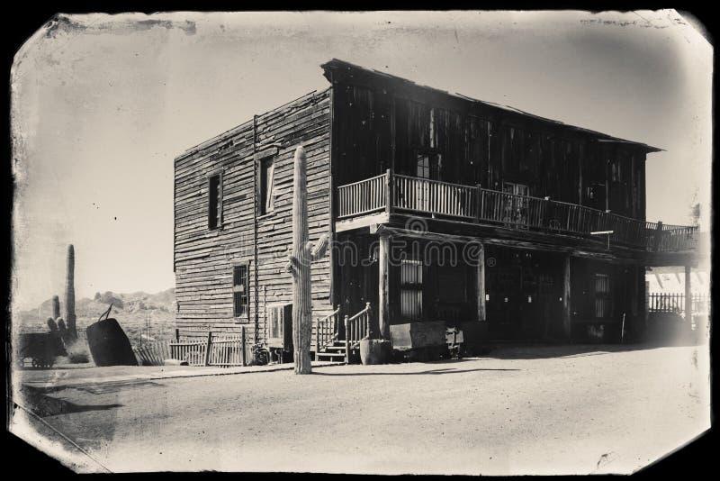 Czarny I Bia?y Sepiowa rocznik fotografia Starzy Zachodni Drewniani budynki w Goldfield kopalni z?otej miasto widmo zdjęcie royalty free