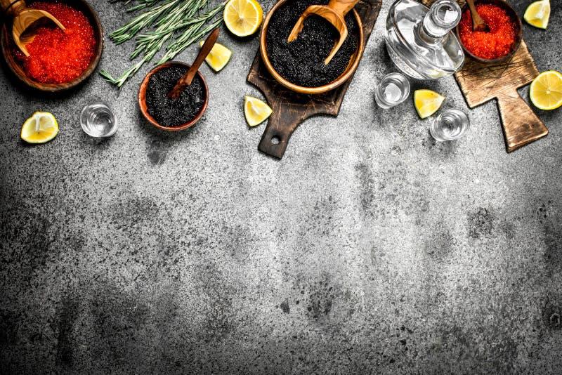Czarny i czerwony kawior z karafką ajerówka obrazy stock