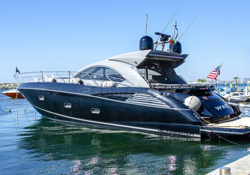 Czarny jacht w porcie na molo miasta St Vlas w Bułgarii obraz royalty free