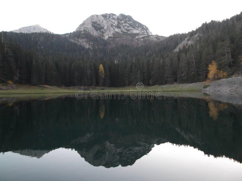Czarny jezioro przy zmierzchem obraz royalty free