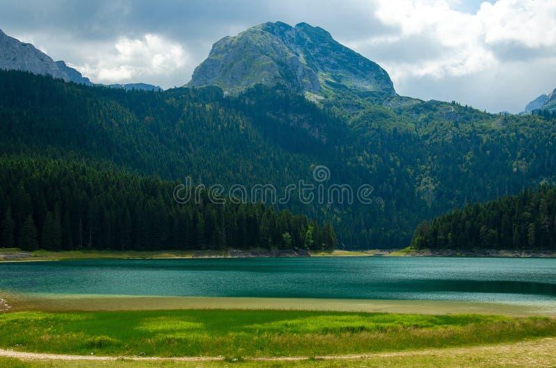 Czarny jezioro, rockowy Bobotov Kuk, Durmitor park narodowy, Montenegro fotografia royalty free