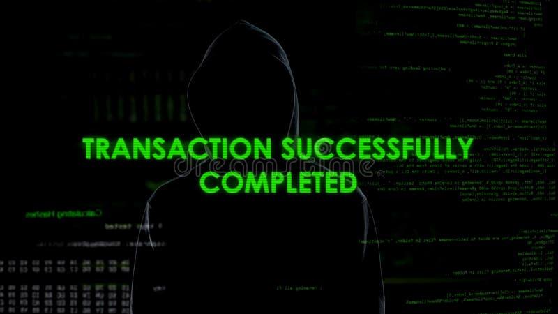 Czarny kapiszonu mężczyzna robi online transakci, pranie brudnych pieniędzy, pieniężny oszustwo fotografia stock