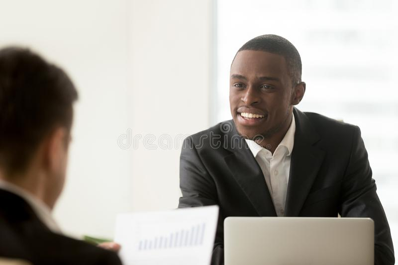 Czarny kierownik komunikuje z białym klientem obraz stock