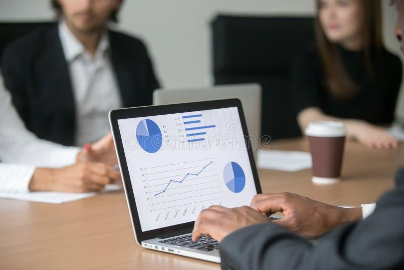 Czarny kierownik projektu pracuje na komputerze analizuje statystyki a zdjęcie stock