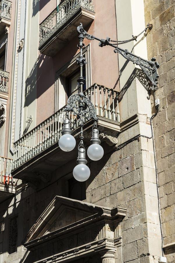 Czarny klasyczny lamppost dokonany żelazo w Barcelona, Catalonia, fotografia stock