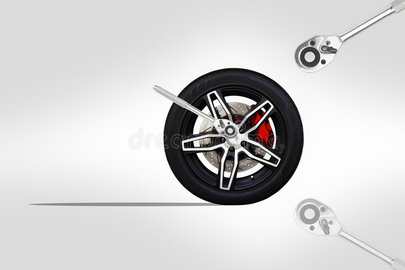 Czarny koło bieżny samochód z zmodyfikowanym z chromem stopniowo zmieniać spanner wyrwanie royalty ilustracja