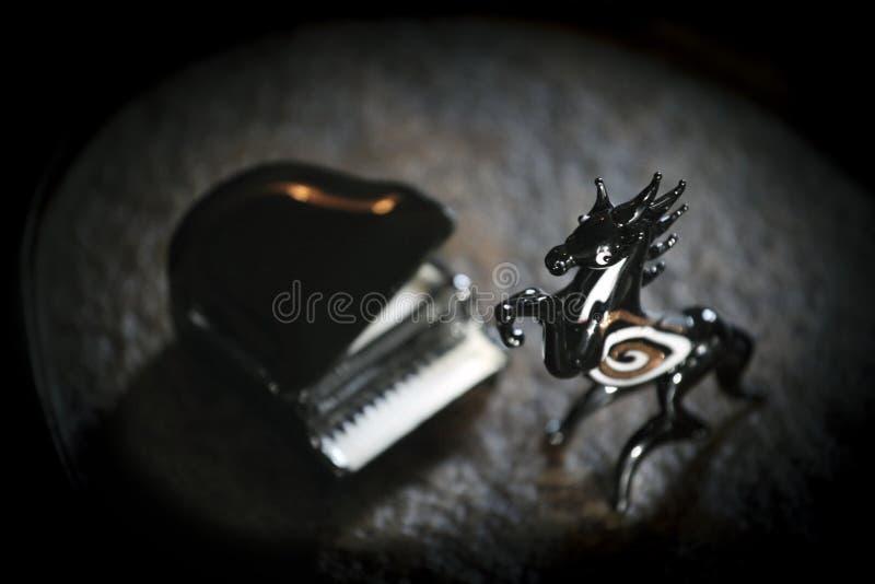 Czarny koński fortepianowy ciemny tło obrazy stock