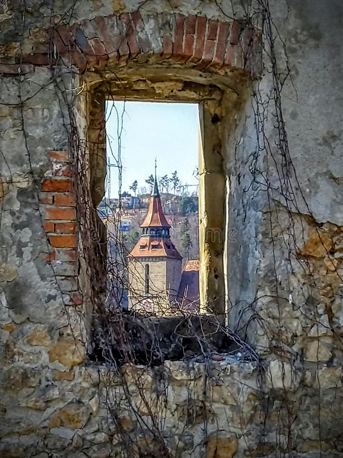 Czarny kościół od starego ściennego okno w Brasov Jak obrazu widok Czarny kościół zdjęcie stock