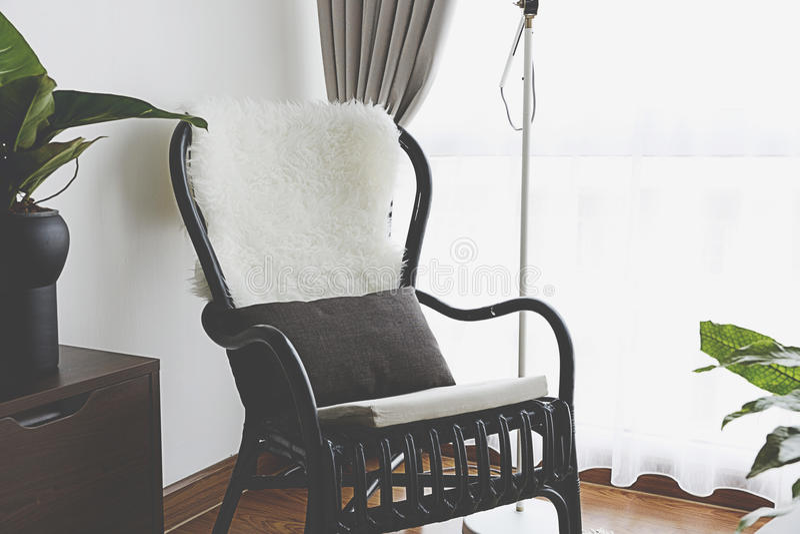 Czarny krzesło okno zdjęcie stock