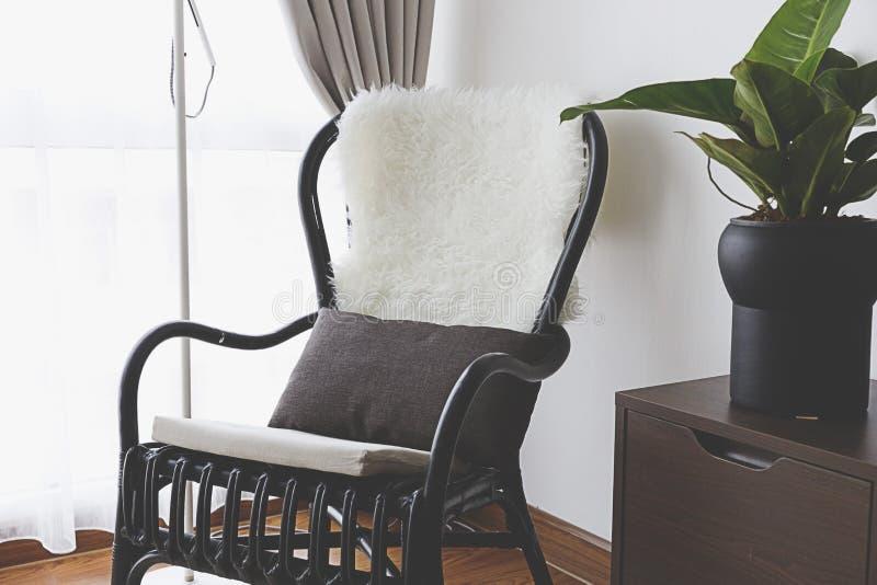 Czarny krzesło okno fotografia stock