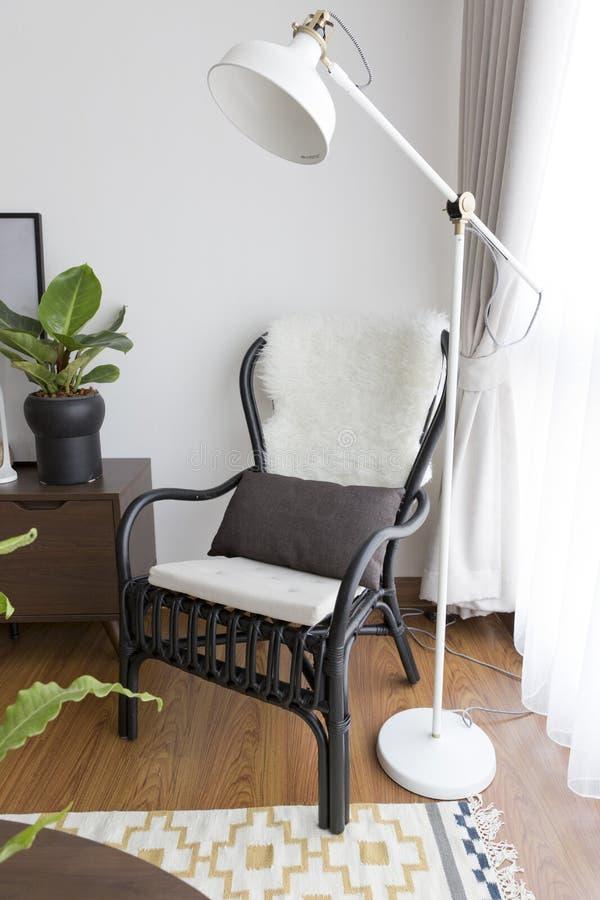 Czarny krzesło okno obrazy stock