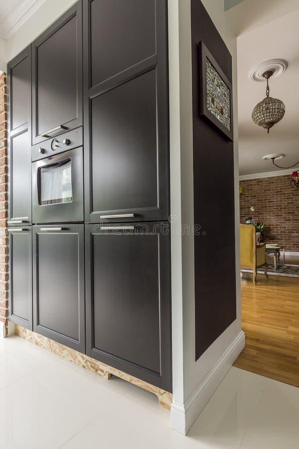 Czarny kuchenny gabinet z kuchenką fotografia stock