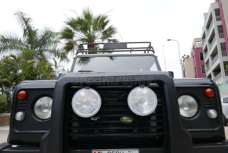 Czarny Land Rover obrońca z bielu wierzchołkiem w Lima obraz royalty free