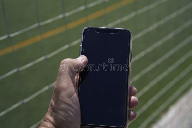 Czarny mądrze telefon w ręce obraz royalty free