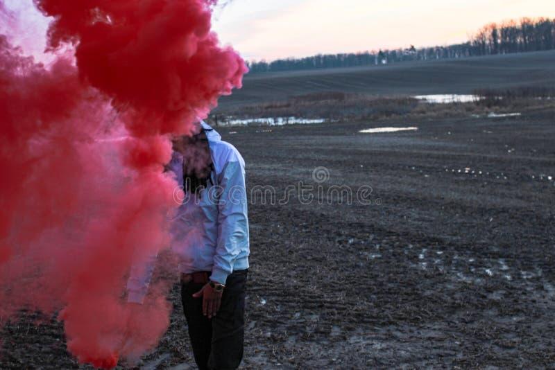 Czarny męski bawić się z dymną bombą fotografia stock