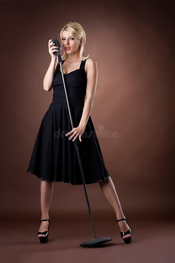 czarny mikrofonu szpilki portret w górę kobiety obraz stock