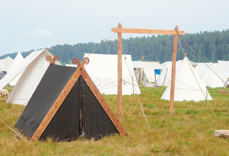 Czarny namiot w natura namiotu mieście fotografia royalty free