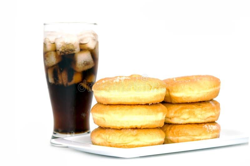 Czarny napój, donuts i cukier nad sałatą nad bielem (kola) obraz stock