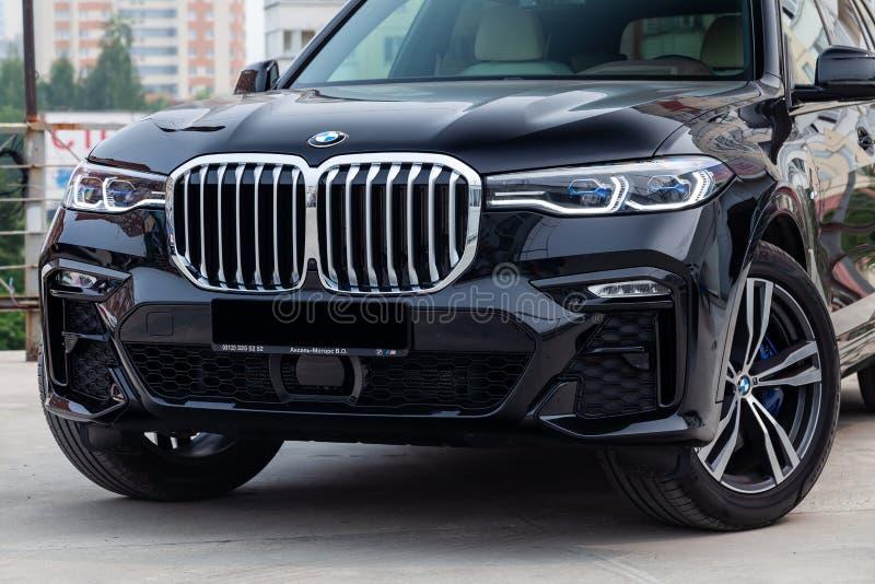 Czarny nowy BMW X7 xDrive40i 2019 rok frontowy widok z światłem - szary wnętrze na parking w ulicie obraz stock