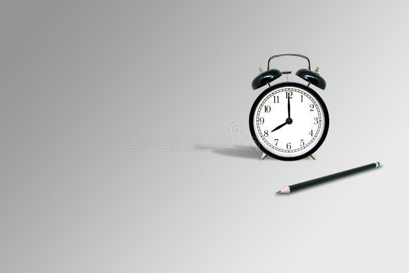 Czarny ołówek i retro czarny budzik pokazuje osiem godzin miejsce na szarym tle ilustracja wektor