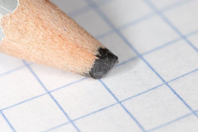 Czarny ołówek na papierze Makro- obrazy royalty free
