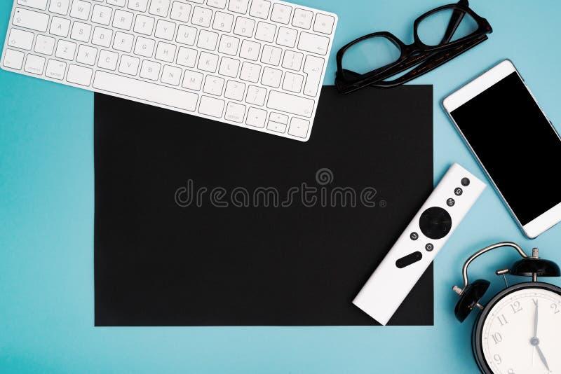 Czarny papierowy copyspace z komputerową klawiaturą, szkłami, smartphone i zegarem, topview, kopii przestrzeń zdjęcia stock