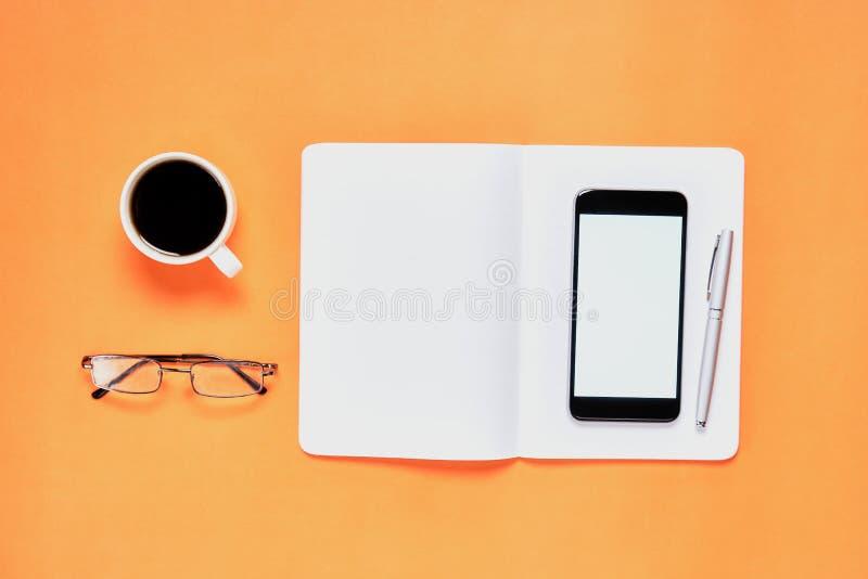 Czarny parawanowy notatnika laptop i puste miejsce umieszczaliśmy pomarańczowego tło Stosowny dla grafika używać dla reklamować obraz royalty free