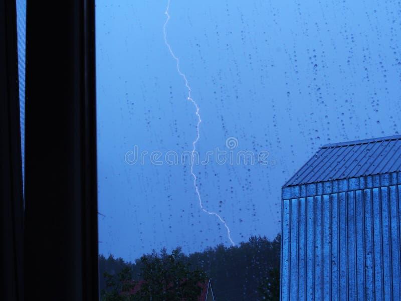 czarny photoshop t?a stworzy? pojedynczy piorun uderzenie Fotografia od okno w deszczu z burzą zdjęcia royalty free