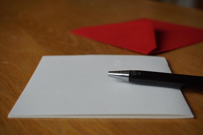 Czarny pióra writing zawiadomienia list z kopertą na drewnianym biurku fotografia royalty free